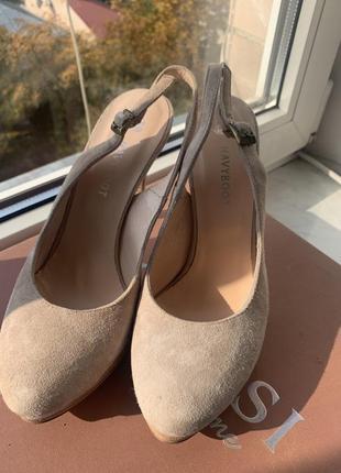 Туфлі із відкритим задом