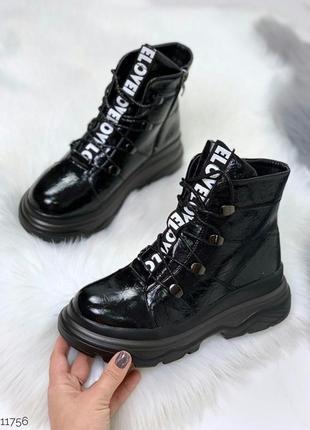 Зимние лаковые ботинки черного цвета
