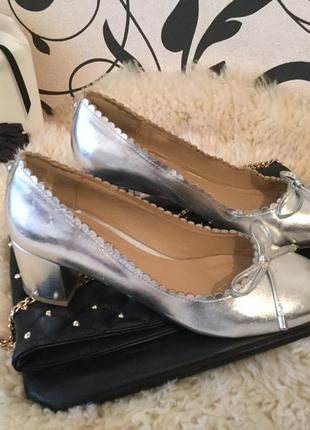Крутые и очень модные туфли с бантиками на низком каблуке 39р.-25,5см., цена 32€❤️🌹💋