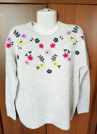 Мягкий пушистый свитерок с вышивкой размера 50-52.