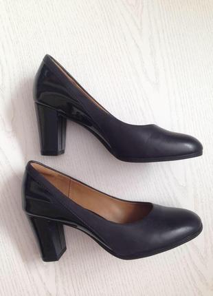 Фирменные синие туфли clarks на каблуке кожа+лак clarks