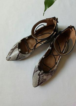 Туфли лодочки со змеиным принтом и шнуровкой