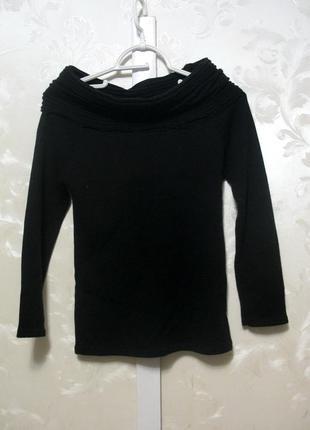 Черный свитер со спущенными плечами
