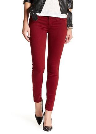 Стильные джинсы трендового бордового цвета denim co