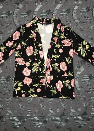 Пиджак накидка чёрная с цветами и карманами