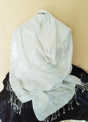 Нарядный белый шарф в серебристые розы.