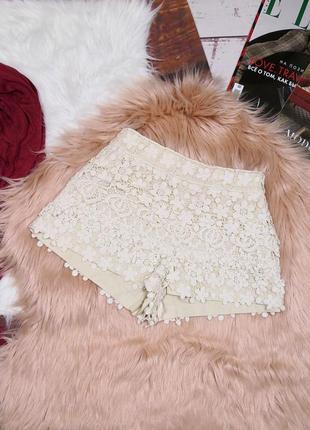 Молочные шорты с плотного кружева