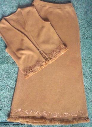 Костюм с юбкой в пол вязаный с рисунком и бахромой
