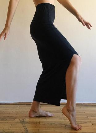 Длинная черная юбка на высокой талии с разрезом сбоку