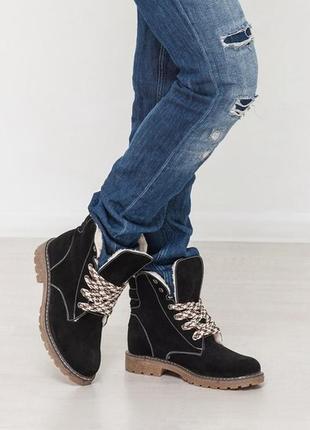 Зимние замшевые ботинки на низком каблуке