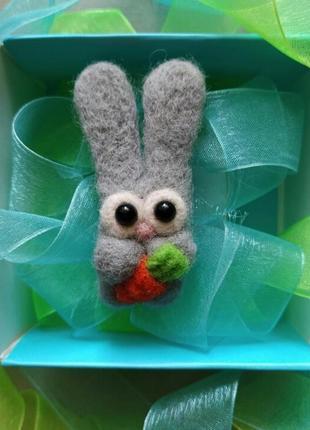 Валяная брошь заяц серый зайка с морковкой кролик сухое валяние войлочная брошь значок