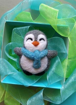Валяная брошь значок пингвин в шарфике ручная работа новогодний подарок сухое валяние