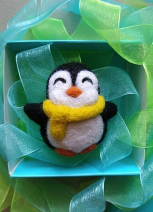 Валяная брошь пингвин в шарфике новогодний подарок значок ручной работы