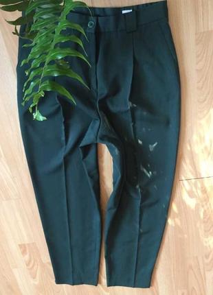 Брюки темно зеленого цвета,заужены