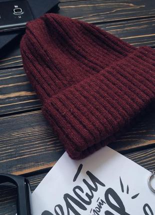 Стильная женская теплая вязанная шапка вишневого цвета