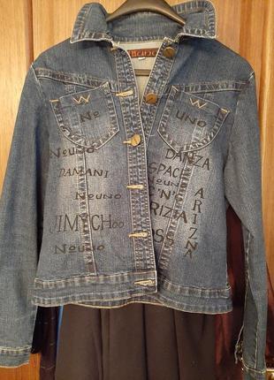 Пристраиваю свою куртку деним синяя красиво потертая  ( джинсовая) принт текст
