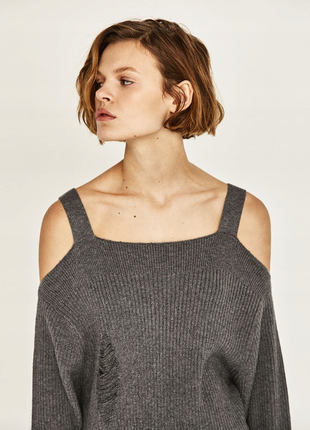 Серый свитер с открытыми плечами zara