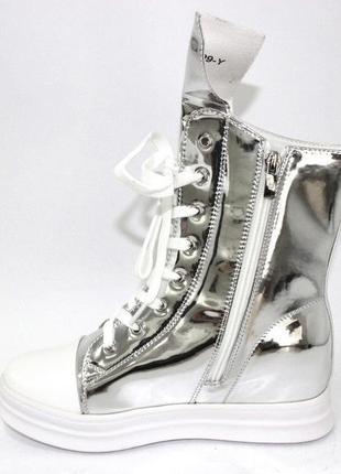 Стильные женские демисезонные зеркальные ботинки на скрытой танкетке серебро