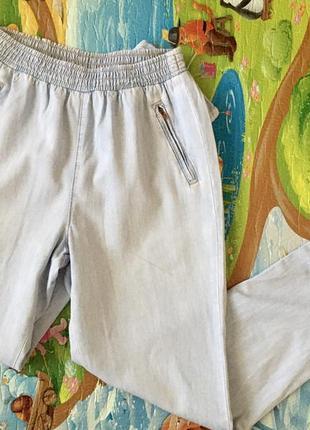 Стильные светлые джинсы бойфренды