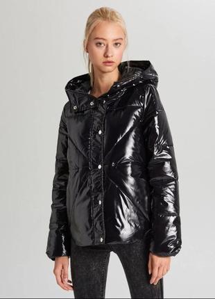 Продам новую женскую лаковую куртку с капюшоном