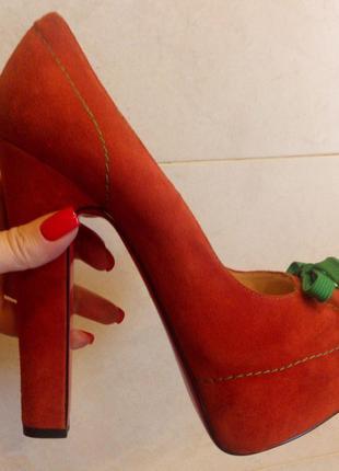 Модельные туфли из замши на высоком устойчивом каблуке medea
