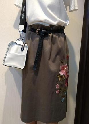 Брэндовая юбка миди трапеция хаки с вышивкой
