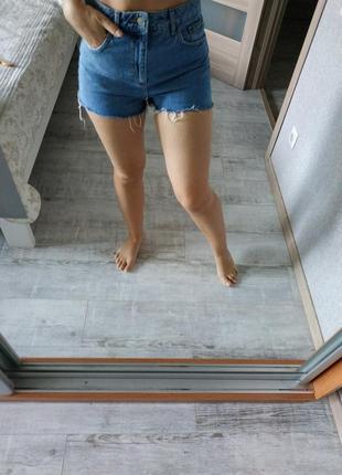 Стильные актуальные джинсовые шорты момы необработанный низ