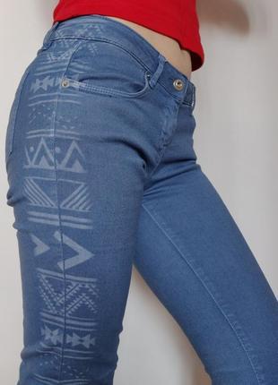 Распродажа! оригинальные и необычные синие джинсы с узором и бахромой tally weijl, скини