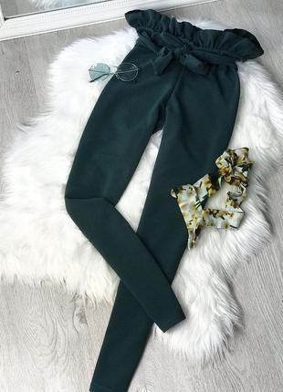 Актуальные трендовые брюки/штаны изумрудного цвета с красивым поясом от plt