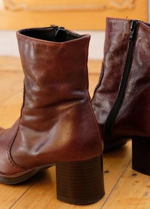 Крутые винтажные кожаные прошитые ботинки на каблуке