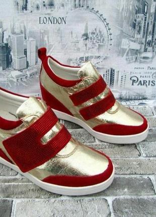 Золотистые с красными вставками кроссовки сникерсы на липучке