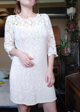 Вязаное платье с кружевом