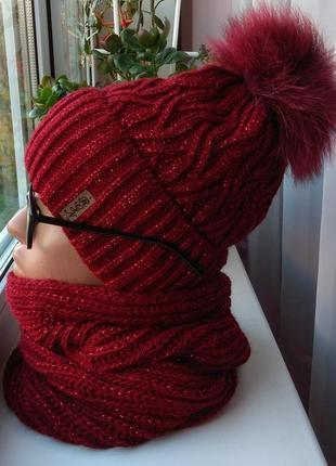 Новый комплект: шапка с натуральным помпоном и хомут с люрексом, темно-красный