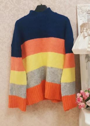 Яркий свитер в полоску