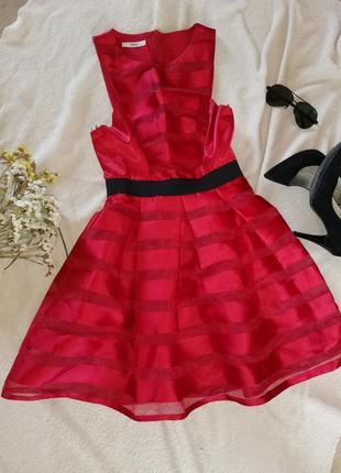 Красное шёлковое платье.
