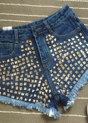 Джинсовые шорты с высокой талией в заклёпками