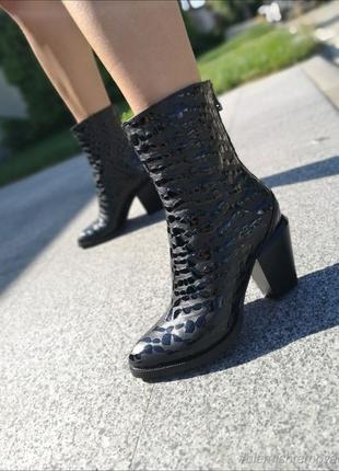 Ботинки из натуральной кожи черного цвета с крупными каплями лака на скошеном каблуке
