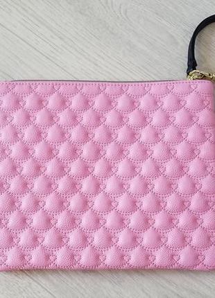Вместительный стеганный нежно розовый клатч с ручкой.