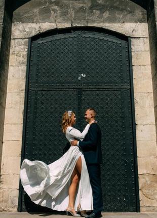 Неймовірна вишукана весільна сукня