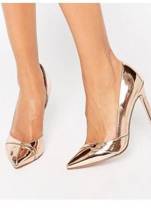 Нарядные туфли с острым носком. зеркальные