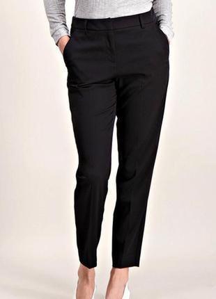 Удобные черные брюки слим со стрелками и карманами