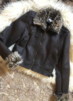 Укороченная дубленка с эко мехом коричневая с ремешками пальто демисезонное
