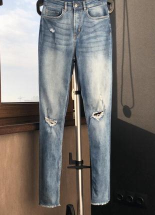 Высокие джинсы 36 размер h&m с бахромой внизу штанины