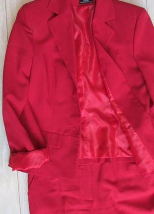 Стильный малиново-красный деловой костюм. размер м