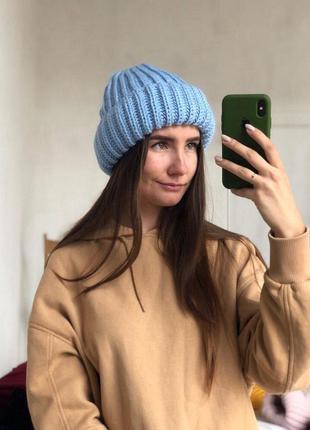 Новая стильная объемная голубая шапка