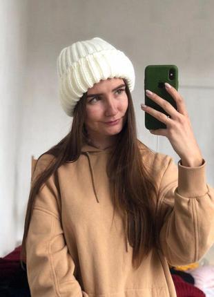 Новая стильная объемная белая шапка