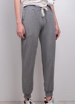 Стильные брюки спортивного кроя / удобные штаны / серый