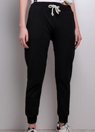 Стильные брюки спортивного кроя / удобные штаны / черный