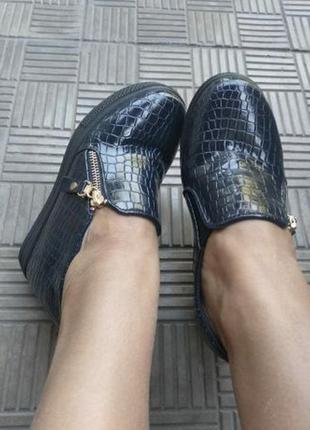 Лёгкие туфли на скрытой платформе.