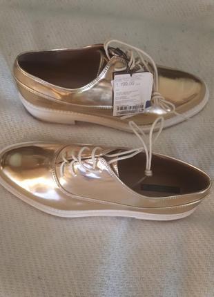 Золотистые туфли в классическом стиле